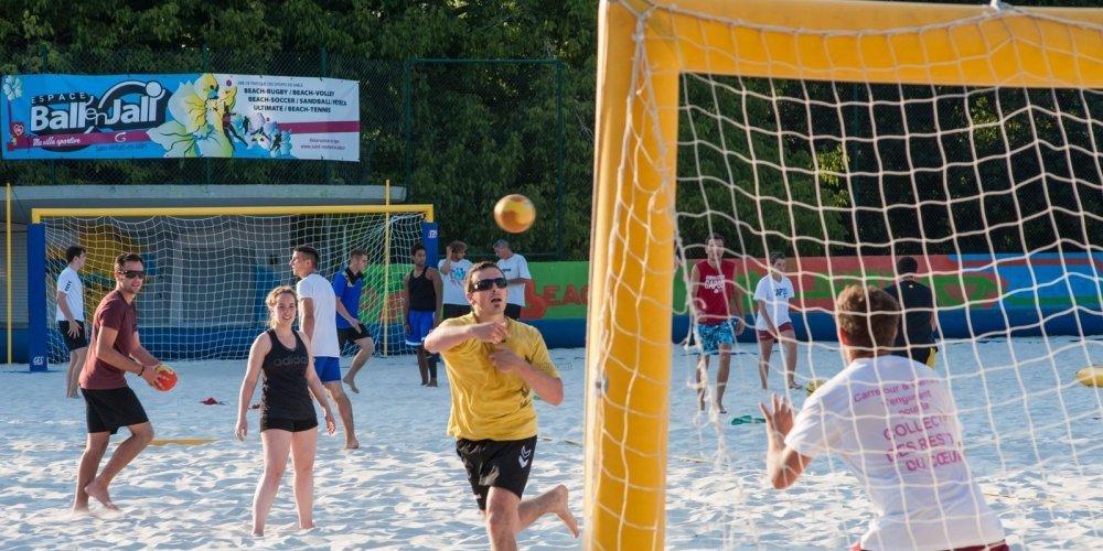À Ball' en Jall', on pratique sur sable le foot, le hand, mais aussi le tennis ou le badminton. © PHOTO LHOUMEAU VIANNEY/MAIRIE DE SAINT-MÉDARD